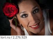 Купить «Девушка с красной розой», фото № 2276929, снято 3 октября 2009 г. (c) Лена Лазарева / Фотобанк Лори