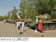 Купить «Парк Победы в Челябинске, дети на танке», фото № 2280233, снято 15 мая 2010 г. (c) Малышев Андрей / Фотобанк Лори