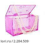 Купить «Розовая шкатулка и жемчужные бусы на белом фоне», фото № 2284509, снято 23 ноября 2008 г. (c) Куликов Константин / Фотобанк Лори