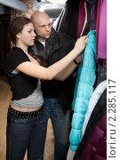 Купить «Красивая девушка и её отец выбирают куртку в магазине», фото № 2285117, снято 5 января 2011 г. (c) Михаил Иванов / Фотобанк Лори