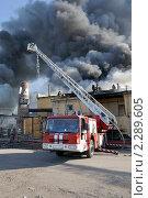 Купить «Пожарный автомобиль на пожаре», фото № 2289605, снято 20 мая 2010 г. (c) Виктор Карасев / Фотобанк Лори