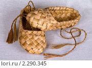 Купить «Пара лаптей на льняной ткани», фото № 2290345, снято 21 января 2011 г. (c) RedTC / Фотобанк Лори