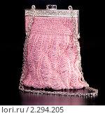 Купить «Театральная сумочка из бисера розового цвета на черном фоне», фото № 2294205, снято 4 июня 2020 г. (c) Андрей Лавренов / Фотобанк Лори