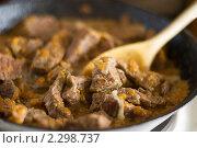 Купить «Тушеная говядина на сковороде», фото № 2298737, снято 2 октября 2009 г. (c) Ann Perova / Фотобанк Лори