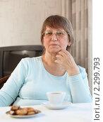 Купить «Пожилая женщина сидит за столом с чашечкой кофе», фото № 2299793, снято 27 ноября 2010 г. (c) Михаил Лавренов / Фотобанк Лори