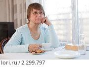 Купить «Пожилая женщина сидит за столом с чашечкой кофе», фото № 2299797, снято 27 ноября 2010 г. (c) Михаил Лавренов / Фотобанк Лори