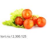 Помидоры с листом зеленого салата на белом фоне. Стоковое фото, фотограф Вячеслав Ермишин / Фотобанк Лори