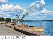 Купить «Рыбаки с сетью - скульптура на набережной Онежского озера в Петрозаводске», фото № 2307901, снято 17 июня 2006 г. (c) Михаил Марковский / Фотобанк Лори