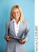 Купить «Бизнес-леди с планшетом», фото № 2310897, снято 15 августа 2010 г. (c) Иван Михайлов / Фотобанк Лори