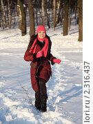 Купить «Молодая  девушка в розовом шарфе и шапке гуляет в зимний день», фото № 2316437, снято 7 февраля 2010 г. (c) Losevsky Pavel / Фотобанк Лори