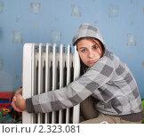 Молодая девушка сидит у нагревателя. Стоковое фото, фотограф Константин Примачук / Фотобанк Лори