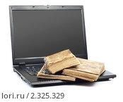 Старые книги на ноутбуке. Стоковое фото, фотограф Сергей Телеш / Фотобанк Лори