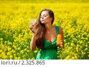Купить «Девушка в цветущем поле пускает мыльные пузыри», фото № 2325865, снято 1 июня 2010 г. (c) Иван Михайлов / Фотобанк Лори