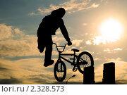 Купить «Силуэт велосипедиста в прыжке», фото № 2328573, снято 10 октября 2009 г. (c) Алексей Многосмыслов / Фотобанк Лори
