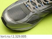 Фрагмент серого кроссовка на зеленом фоне. Стоковое фото, фотограф Чуев Максим / Фотобанк Лори
