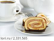 Купить «Рулет и чашка чая», фото № 2331565, снято 10 января 2011 г. (c) Антон Стариков / Фотобанк Лори