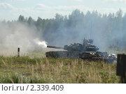 Купить «Современный танк Т-90 стреляет, полигон в Кубинке», фото № 2339409, снято 12 сентября 2003 г. (c) Малышев Андрей / Фотобанк Лори