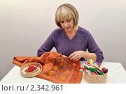 Купить «Вышивальщица за работой», фото № 2342961, снято 22 августа 2010 г. (c) Вероника Суровцева / Фотобанк Лори