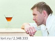 Купить «Человек и бокал виски», фото № 2348333, снято 6 февраля 2011 г. (c) Кекяляйнен Андрей / Фотобанк Лори