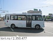 Купить «Маршрутное такси Hyundai», эксклюзивное фото № 2350477, снято 21 мая 2010 г. (c) Алёшина Оксана / Фотобанк Лори