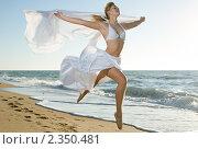 Купить «Красивая женщины в прыжке», фото № 2350481, снято 7 ноября 2010 г. (c) Анатолий Типляшин / Фотобанк Лори
