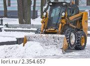 Трактор очищает снег на улицах города, фото № 2354657, снято 6 января 2011 г. (c) Бацин Александр Викторович / Фотобанк Лори