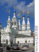 Старая церковь в большом городе (2009 год). Редакционное фото, фотограф Прокофьев Владимир / Фотобанк Лори