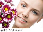 Купить «Девушка с цветами», фото № 2358505, снято 21 мая 2010 г. (c) Анатолий Типляшин / Фотобанк Лори