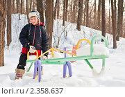Купить «Красивый мальчик зимой на качелях в детском городке», эксклюзивное фото № 2358637, снято 20 февраля 2011 г. (c) Игорь Низов / Фотобанк Лори