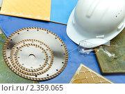 Алмазные диски для резки строительных материалов, защитная строительная каска и очки. Стоковое фото, фотограф Куликов Константин / Фотобанк Лори
