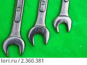 Купить «Гаечные ключи на зелёном фоне», фото № 2360381, снято 2 июня 2008 г. (c) Тарханов Николай Алексеевич / Фотобанк Лори