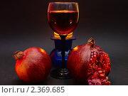 Купить «Красное вино в фужере, гранаты и свечи», фото № 2369685, снято 20 февраля 2011 г. (c) Алексей Баринов / Фотобанк Лори