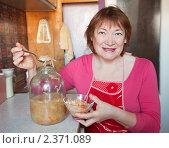 Купить «Женщина с квашеной капустой», фото № 2371089, снято 18 февраля 2011 г. (c) Яков Филимонов / Фотобанк Лори