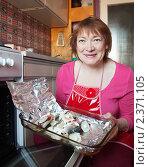 Купить «Женщина готовит скумбрию с клюквой», фото № 2371105, снято 18 февраля 2011 г. (c) Яков Филимонов / Фотобанк Лори
