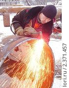 Купить «Газосварщик режет трубу», эксклюзивное фото № 2371457, снято 31 января 2010 г. (c) Алёшина Оксана / Фотобанк Лори