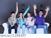 Купить «Компания веселых друзей смотрят телевизор, сидя на диване», фото № 2374077, снято 15 января 2011 г. (c) Raev Denis / Фотобанк Лори
