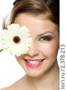 Красивая девушка с глазом, прикрытым белой герберой. Стоковое фото, фотограф Сергей Коршенюк / Фотобанк Лори