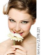 Портрет красивой девушки с герберой. Стоковое фото, фотограф Сергей Коршенюк / Фотобанк Лори