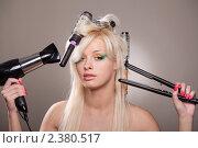 Купить «Привлекательная блондинка с феном и щипцами для волос», фото № 2380517, снято 1 марта 2011 г. (c) Андрей Батурин / Фотобанк Лори