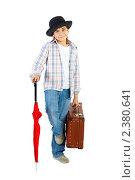 Купить «Мальчик в шляпе, с красным зонтом и чемоданом», фото № 2380641, снято 20 марта 2009 г. (c) Ольга Красавина / Фотобанк Лори