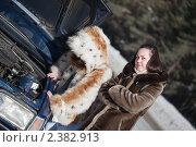 Девушки стараются починить автомобиль. Стоковое фото, фотограф Яков Филимонов / Фотобанк Лори