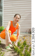 Купить «Женщина в саду», фото № 2384909, снято 14 мая 2010 г. (c) Дарья Филимонова / Фотобанк Лори