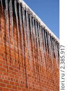 Купить «Сосульки на фоне кирпичной стены», фото № 2385917, снято 21 июля 2019 г. (c) Илюхина Наталья / Фотобанк Лори