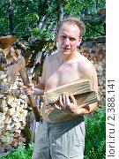 Купить «Мужчина с колуном заготавливает дрова, чтобы отапливать дачу», эксклюзивное фото № 2388141, снято 24 июля 2010 г. (c) Куликов Константин / Фотобанк Лори