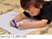Купить «Ребенок рисует обеими руками», фото № 2389145, снято 26 февраля 2011 г. (c) Геннадий Соловьев / Фотобанк Лори