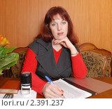 Купить «Девушка работает с документами», фото № 2391237, снято 8 марта 2011 г. (c) fotobelstar / Фотобанк Лори
