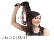 Молодая брюнетка расчесывает волосы. Стоковое фото, фотограф Черников Роман / Фотобанк Лори
