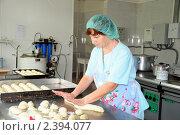 Купить «Женщина печет булочки, раскатывая тесто», эксклюзивное фото № 2394077, снято 15 сентября 2009 г. (c) Катерина Белякина / Фотобанк Лори