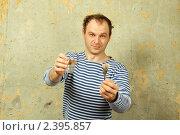 Мужчина со стопкой водки. Стоковое фото, фотограф Allika / Фотобанк Лори