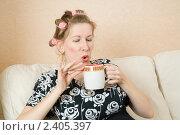 Купить «Домохозяйка на белом диване пьет чай», фото № 2405397, снято 12 марта 2011 г. (c) Михаил Ворожцов / Фотобанк Лори